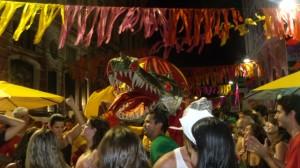 Dragão do Eu Acho é Pouco Abrindo Alas pra o Desfile Empolgante do Bloco