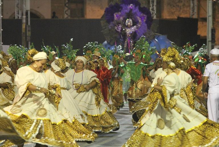Recife ficou mais colorido com o desfile das escolas de samba