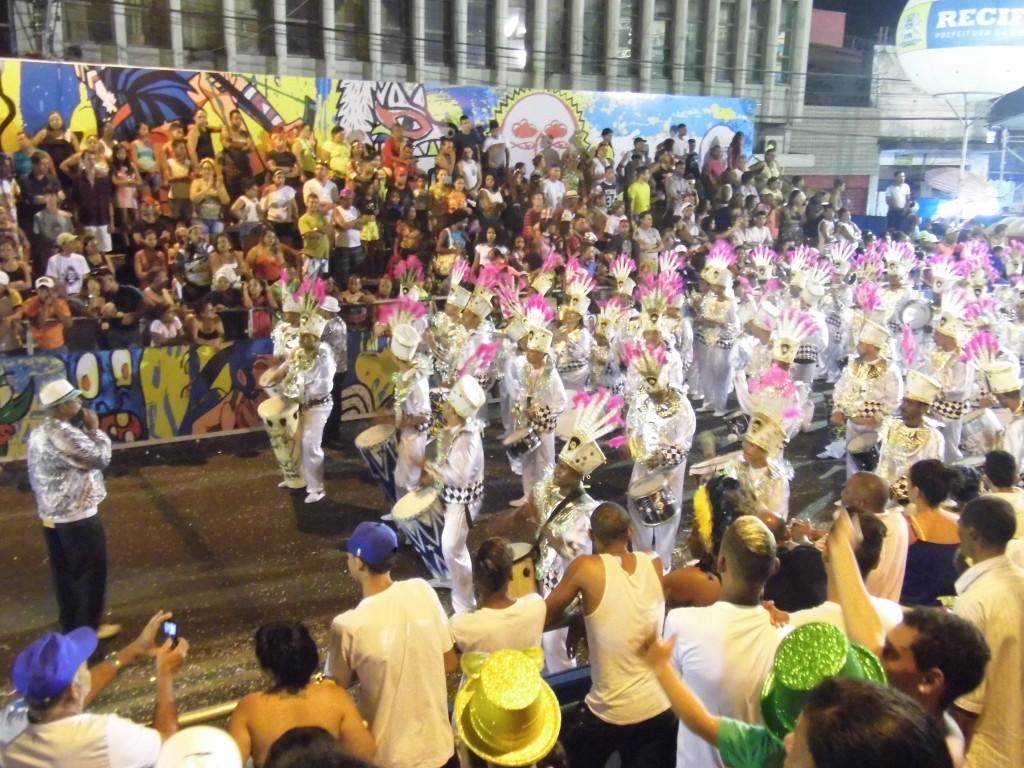 Escolas de Samba do Recife fazem desfile de raça e emoção. Pérola e Gigantes do Samba foram os grandes destaques da noite.