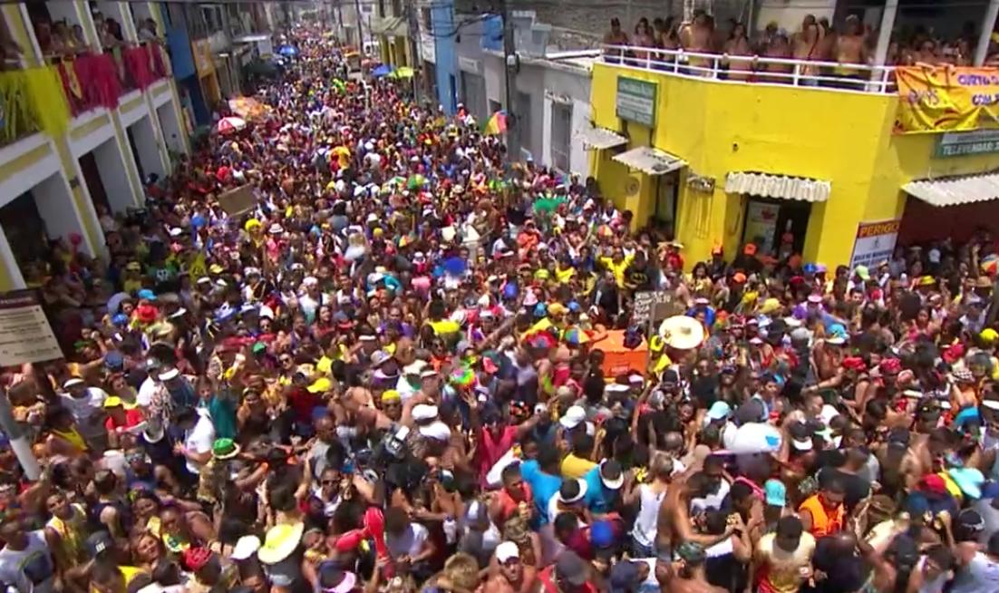 Sob um sol forte, Galo da Madrugada completa 40 anos com um belissimo desfile repleto de cores e alegria