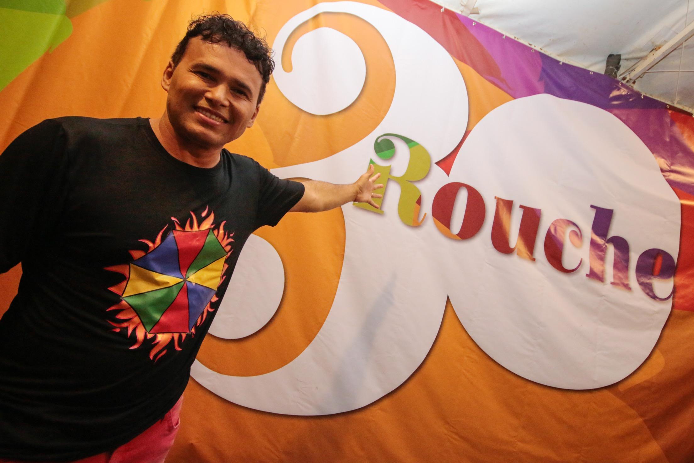 Almir Rouche e presidente da ONG Afeto entregam álbum Rouche 30 a autoridades recifenses nesta quarta-feira 21/03