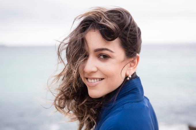 A cantora Roberta Sá abre a programação do Projeto Palco Brasil, na Caixa Cultural Recife.