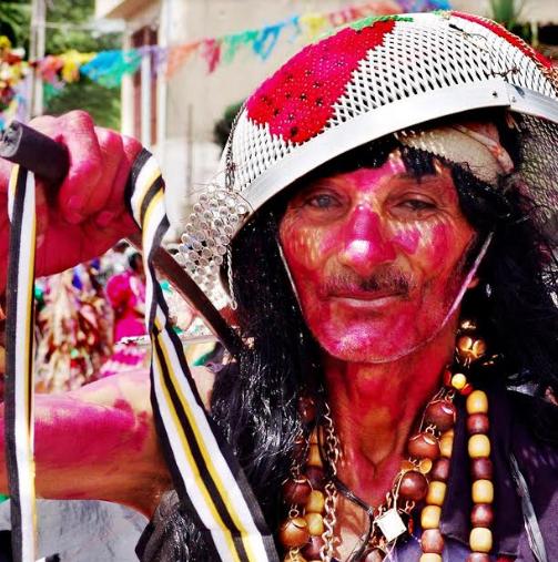 Minidocumentário: Mascarados, Papaguns e foliões anônimos do Carnaval 2019 de Serra Negra em destaque.