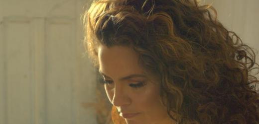 Karynna Spinelli emociona em novo clipe que fala sobre sororidade, amparo, amizade e empoderamento das mulheres.