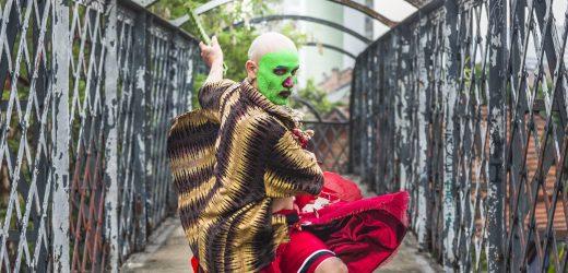 'Café coado na calcinha pra te enfeitiçar', Xirley, sucesso do cantor, compositor e multi-instrumentista pernambucano Zé Cafofinho.
