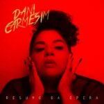 """15/10: Entre atmosfera densa e dançante """"Resumo da Ópera"""" traz o contraste da luz e escuridão do rock alternativo de Dani Carmesim."""